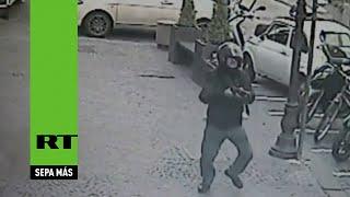 Hombre dispara una ametralladora entre una multitud en Italia