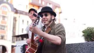 """Необычное исполнение песни """"Катюша"""" на два голоса на улице Москвы. Фрикинг Аут"""