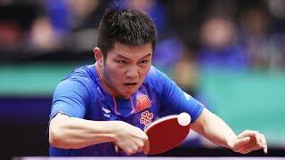Fan Zhendong desloca Ma long durante troca de backhand em partida de tênis de mesa