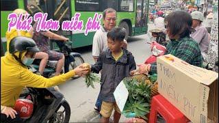 Mua hết 100 trái Thơm của Cậu bé 9 tuổi và cùng Mẹ con cậu phát miễn phí