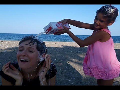 Ye veya kafana dök.Elif ve annesi oynuyor.Challenge mi dersiniz kapışmamı bilmiyoruz ama Eğlenceli