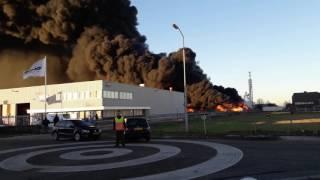 Grote brand bij kunststoffengroothandel aan de Schutweg in Waalwijk