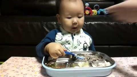 야무지게 밥 먹는 아기