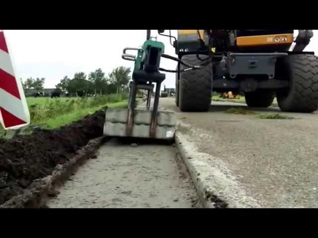 Graskeien leggen met de Hunklinger steenklem S-400 door wegenbouwbedrijf Oost Wegverbreding