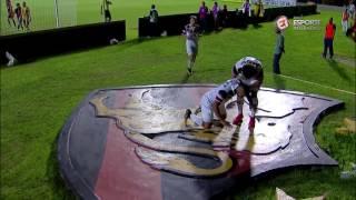 Halef Pitbull faz o gol da vitória e comemora em cima do escudo do Sport