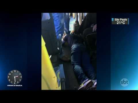 Passageiros conseguem conter assaltante em ônibus do DF | SBT Notícias (18/10/17)