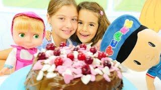 Polen Mutfakta pasta yapıyor. Kız çocuk oyuncakları