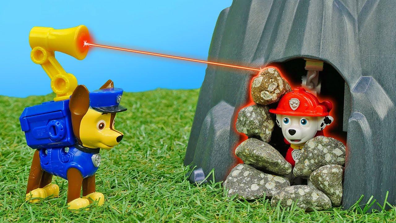 Marshal ficou preso na caverna! História infantil com Paw Patrol e brinquedos em português