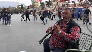Vallja e shotes nga artisti i rruges ne Tirane