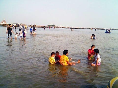Suasana Pantai Kejawanan Cirebon