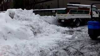 今冬、初めての駐車場の排雪です。この日3回目の作業の模様です。今日...