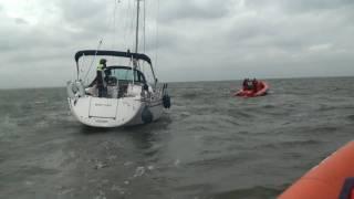 Reddingsboten in aktie op het IJmeer voor Zeiljacht aan lager wal.m2ts