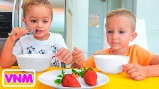 Vlad và Nikita trốn và tìm trái cây trong trang trại