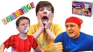 Дети и папа играют в Челлендж пирог в лицо