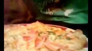 2 часть пицца, очень вкусная и красиво выгледет с калбосой, сыром, луком, помидорами