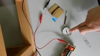 釘にエナメル線を巻いて電流を流すと磁石になります。釘の両端がN極と...
