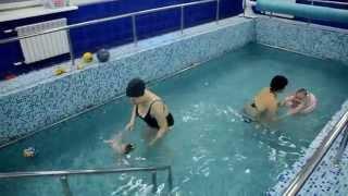 Новорожденные под водой