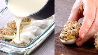 Наполняем яйца начинкой и запекаем. Эта простая закуска украсит любой стол!