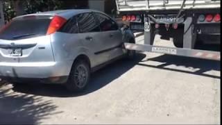 Mal cálculo: un camión chocó un auto estacionado en barrio residencial