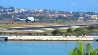 Посадка самолета в аэропорту на острове Корфу в Греции(, 2014-06-15T09:30:37.000Z)