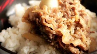 【冷凍食品】肉ぺらっぺらのすき家の牛丼を食べる人。