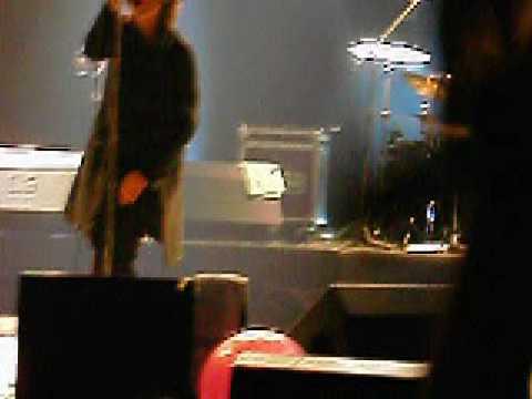 Пианистка скачет на стволе