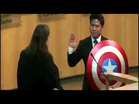 Concejal de EE. UU jura cargo con ¿Escudo del capitán América?