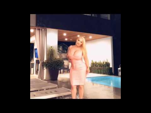 Блондинка с шикарной фигурой и грудью шестого размера