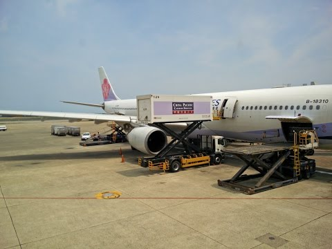 Full flight on China Airlines from Taipei to Hong Kong 中華航空