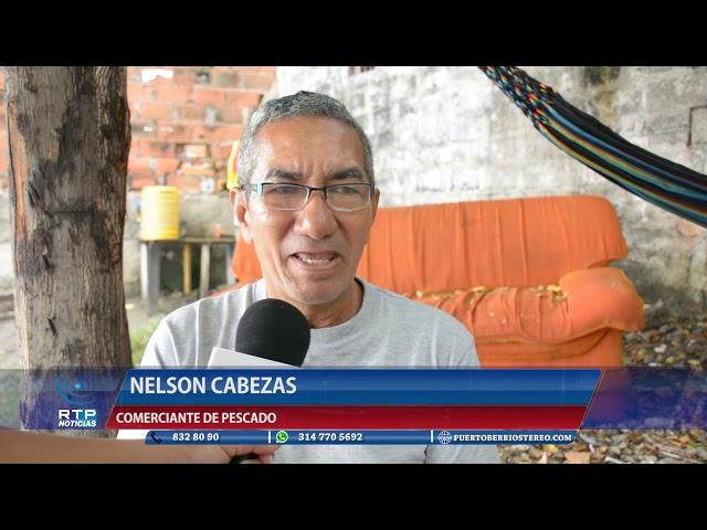 COMERCIANTES DE PESCADO LIMPIAN EL PUNTO DE CARGUE Y DESCARGUE DE PESCADO.