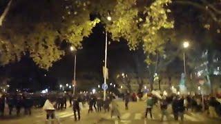 La Policía ante varios encapuchados que lanzan objetos en la Marcha del Clima