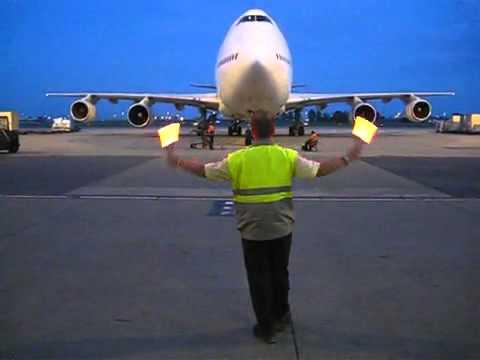 Boeing 747 marshaling in the dark - YouTube2.flv