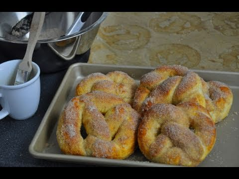 recette des pretzels cannelle sucre par herv cuisine youtube. Black Bedroom Furniture Sets. Home Design Ideas