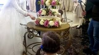 Невеста разрезает торт на  свадьбе.