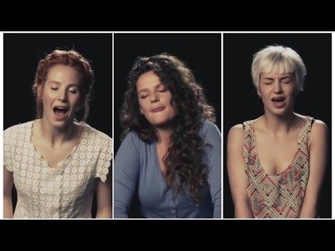 Девчонки поют сидя на вибраторах