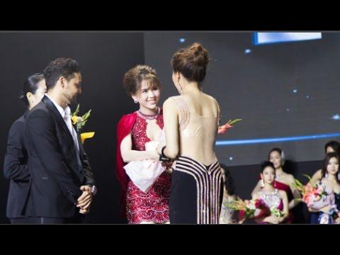 """Ngọc Trinh khoe chân trắng nõn, được BTC tặng hoa trên sân khấu """"Hoa hậu Hàn Quốc 2016"""""""