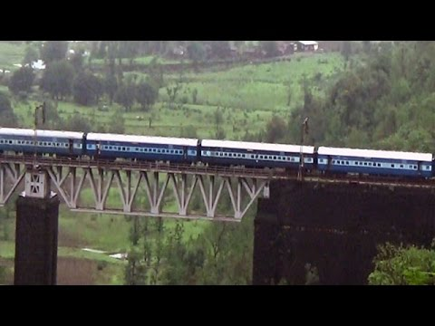 Kasara Ghat: Beautiful view of train passing through tunnel