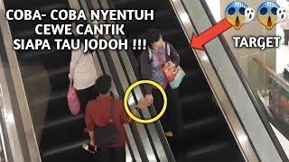 APA YANG TERJADI JIKA KAMU MENYENTUH ORANG YANG TIDAK KENAL DI ESCALATOR - PRANK INDONESIA