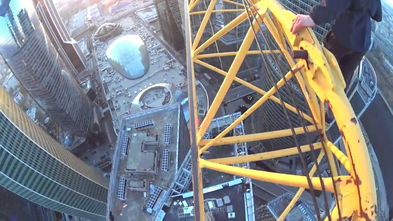 Awesome подтягивание на кране Extreme Roofing Hanging On A Crane