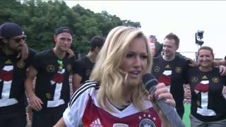 """Helene Fischer singt """"Atemlos durch die Nacht"""" am Brandenburger Tor WM 2014 FEIER in HD"""