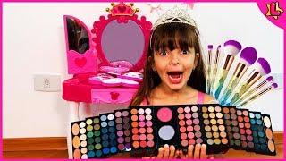 Laurinha Finge Brincar com Brinquedos de Maquiagem