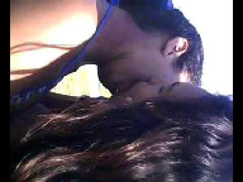 Lésbicas se beijando /Brazilian girl's kissing on the beach thumbnail