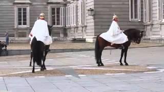 Смена караула у Королевского дворца в Мадриде 2/2(В каждую среду в 11.00, на Оружейной площади у Королевского дворца проводится смена Королевского караула...., 2013-10-17T17:26:38.000Z)