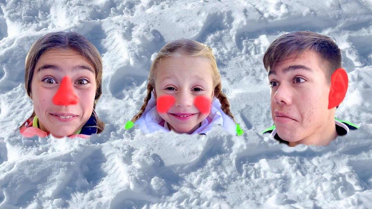 Настя и друзья играют со снегом и лепят снеговика