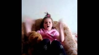Девочке 4 года шпарит стих про войну