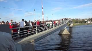 Огромная очередь на Пешеходный мост. Ганзейские дни. Май 2017. Великий Новгород