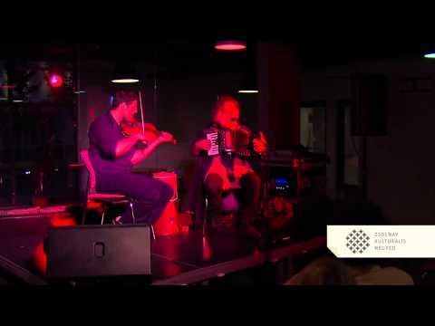 A Duo Montanaro koncertje a Zsolnay Negyedben a Bárcsak kávézóban
