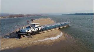 Auf Grund gelaufen: Havarie inmitten der Donau