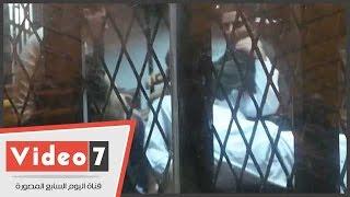 """وصلة هزار وضرب بـ""""القفا""""بين متهمى أحداث منشية القناطر داخل القفص"""