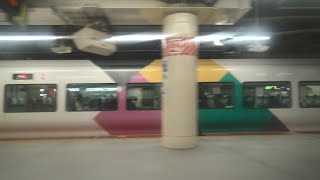未だ臨時列車で健在のE257系特急かいじを見ながら新宿駅を出発して堺正幸アナウンサーの車内放送が流れる中央本線下り特急あずさE353系の車窓